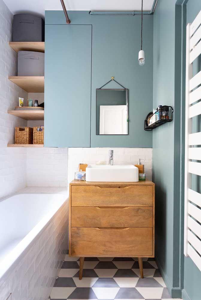 Para esse pequeno banheiro de estilo jovem e descontraído foi usado uma banheira de fibra embutida em estrutura de alvenaria
