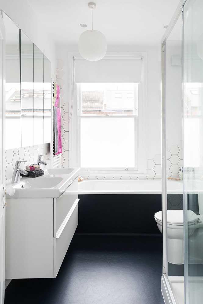 Uma ideia de banheiro pequeno com banheira e chuveiro separados, a proposta demanda um pouco mais de espaço
