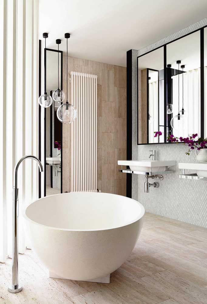 Ideia de ofurô em cerâmica para o banheiro pequeno da suíte; esse tipo de banheira pode ser instalado em qualquer espaço do banheiro