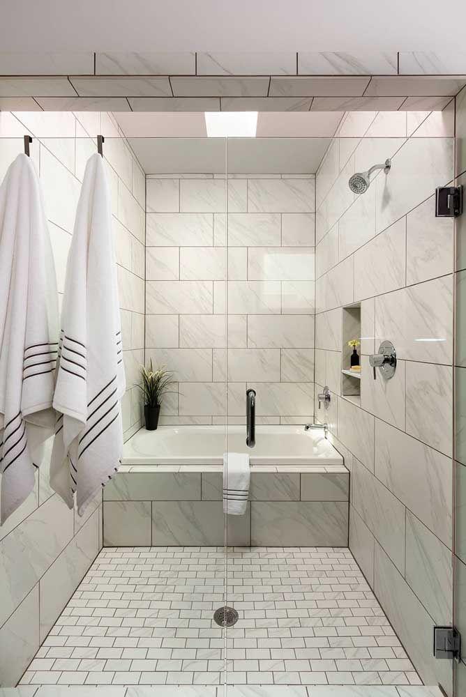 Banheira simples e pequena com box e estrutura em alvenaria para o banheiro pequeno