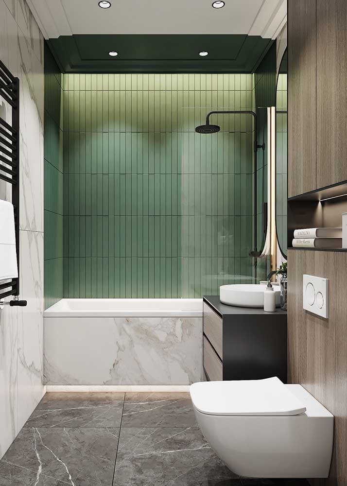 Banheiro super moderno e pequeno com banheira encaixada em estrutura de mármore