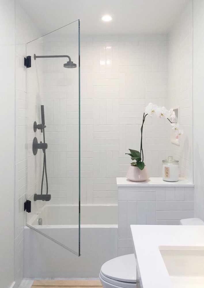 Quando o chuveiro é instalado junto a banheira é importante contar com um tapete antiderrapante, já que a superfície da banheira costuma ser escorregadia