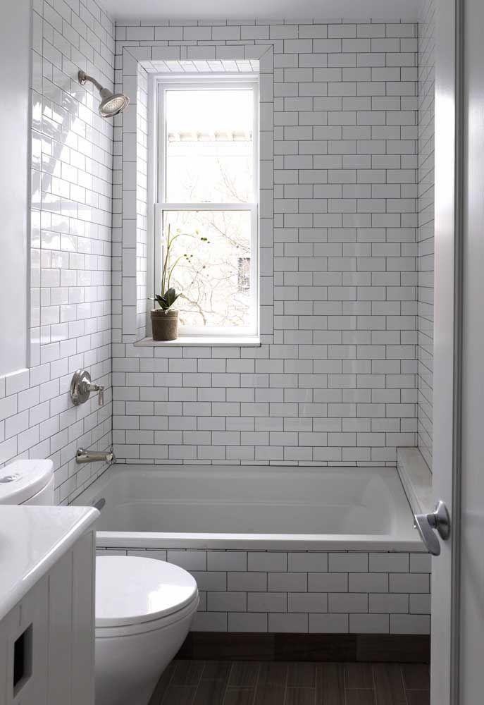 Banheira pequena e de pouca profundidade para o banheiro simples