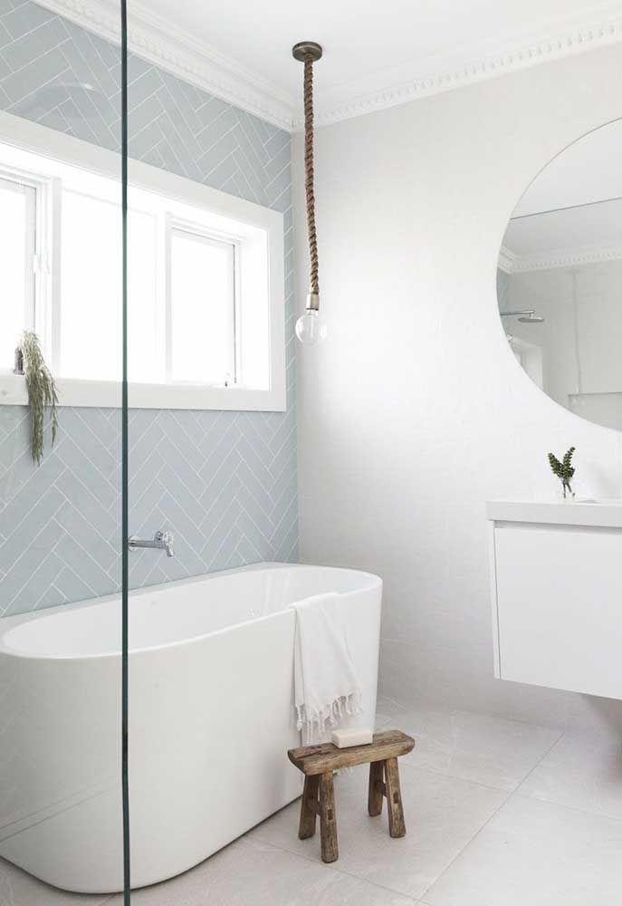 Banheira em cerâmica separada do chuveiro para o banheiro pequeno