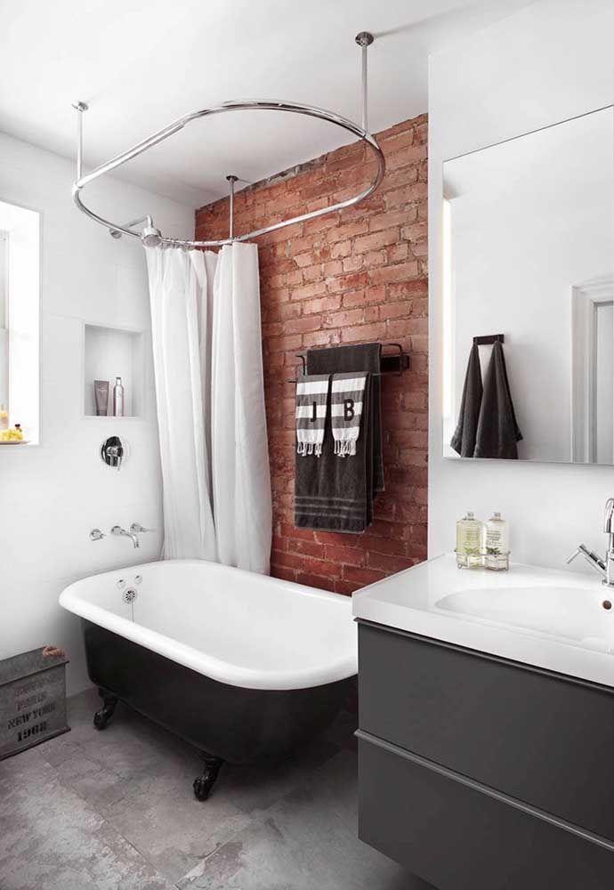 Banheira pequena e simples com pés vitorianos para o banheiro super irreverente e diferenciado