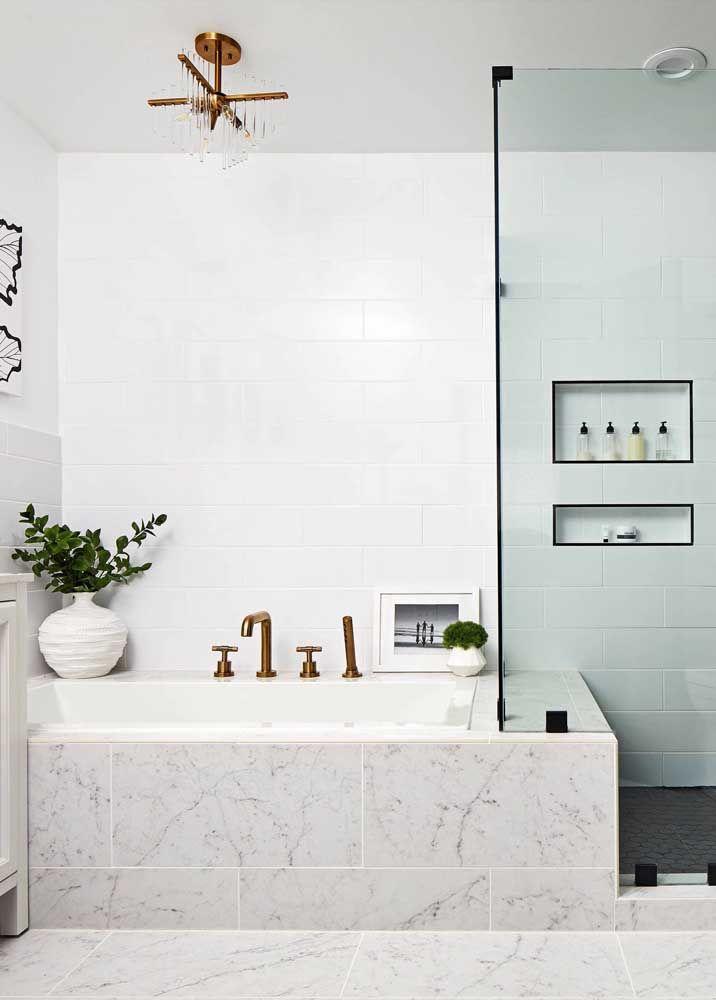 Capriche na decoração junto à banheira para deixá-la ainda mais bonita