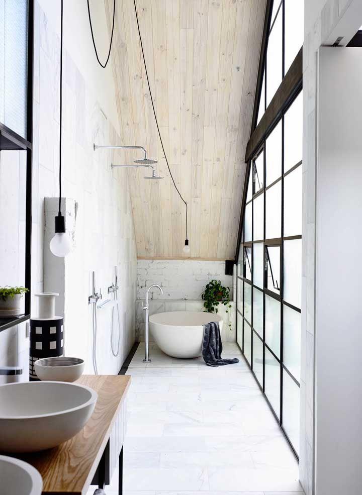 Apesar de pequeno, o banheiro é extenso e acomodou perfeitamente o ofurô em cerâmica redondo