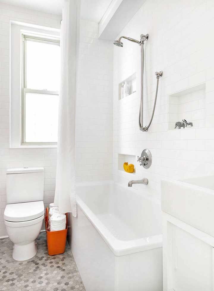 Junto a essa pequena banheira foi criado um nicho de embutir que acomoda os itens de banho