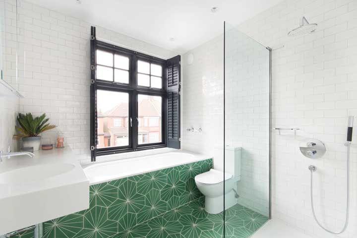 Que tal tomar um banho de banheira e ainda apreciar a vista lá de fora?
