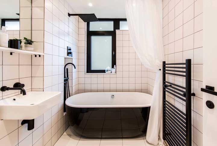 Banheira simples e pequena para o banheiro com detalhes industriais