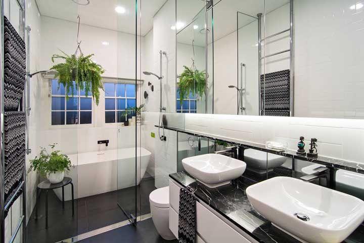 O banheiro super moderno em preto e branco ganhou uma banheira em cerâmica separada do chuveiro