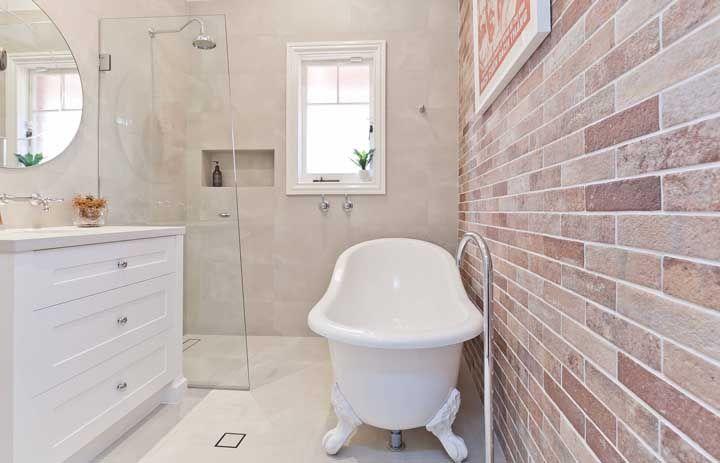 Delicada e romântica, a banheira em estilo vitoriana é sempre uma bela aposta na decoração