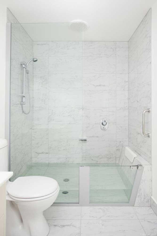 Uma inspiração encantadora: a banheira feita em vidro dividiu espaço com o chuveiro para fazer parte do banheiro pequeno