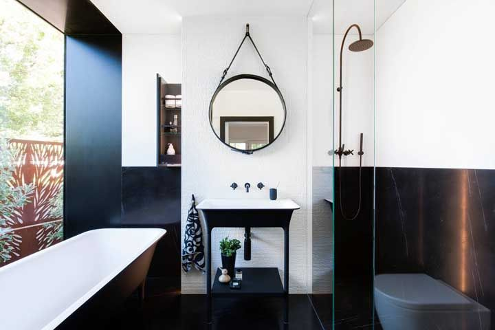 Apesar de pequeno, o banheiro ganhou uma banheira retangular preta super estilosa e separada do chuveiro
