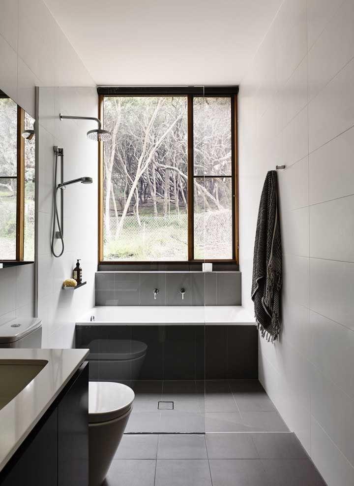 Banheiro pequeno com banheira simples dentro do box
