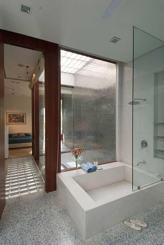 Banheira quadrada dentro do box para aproveitar o espaço do banheiro