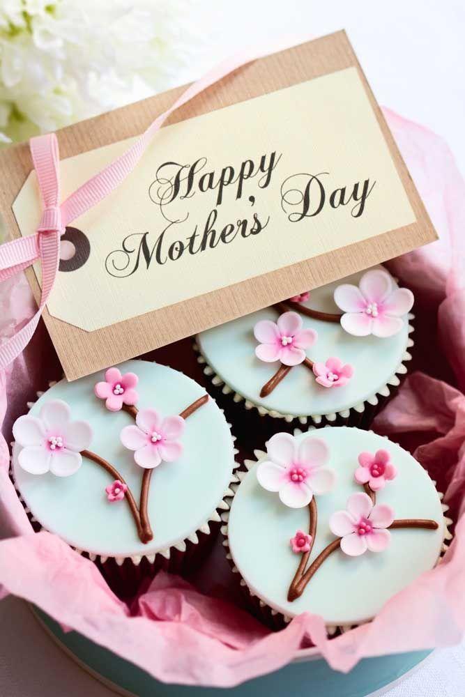 Um feliz dia das mães com a cestinha de cupcakes decorados e personalizados