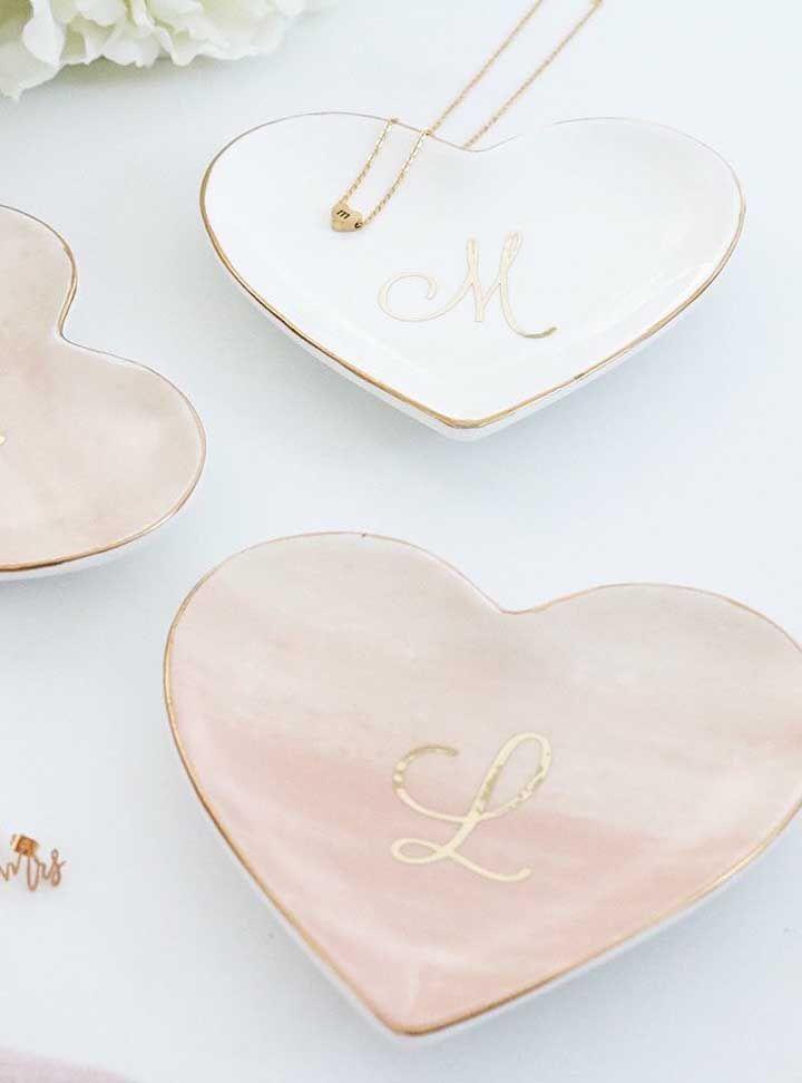 Porta joias de cerâmica com a inicial da mamãe escrita em letras douradas: lembrancinha simples, mas elegante