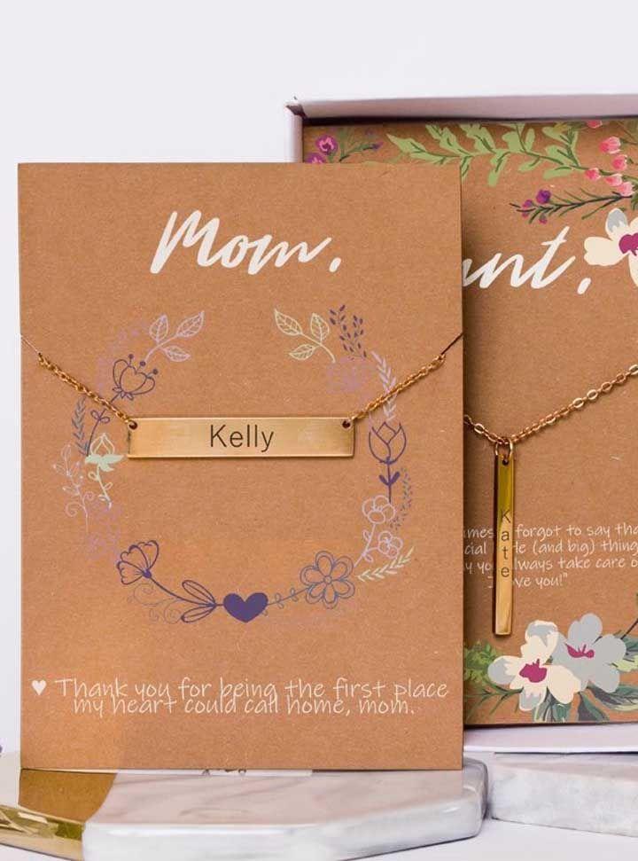 A sugestão aqui é uma gargantilha com o nome do filho e um pequeno cartão de agradecimento a mamãe