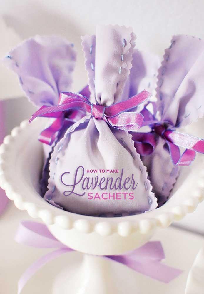 O perfume agradável e relaxante da lavanda em saches para o dia das mães