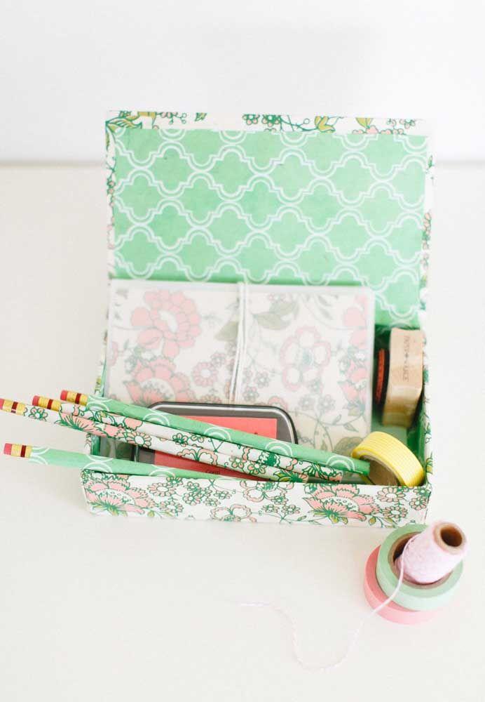 Kit de materiais de papelaria feito artesanalmente para presentear no dia das mães; opção simples, mas muito útil e bonita