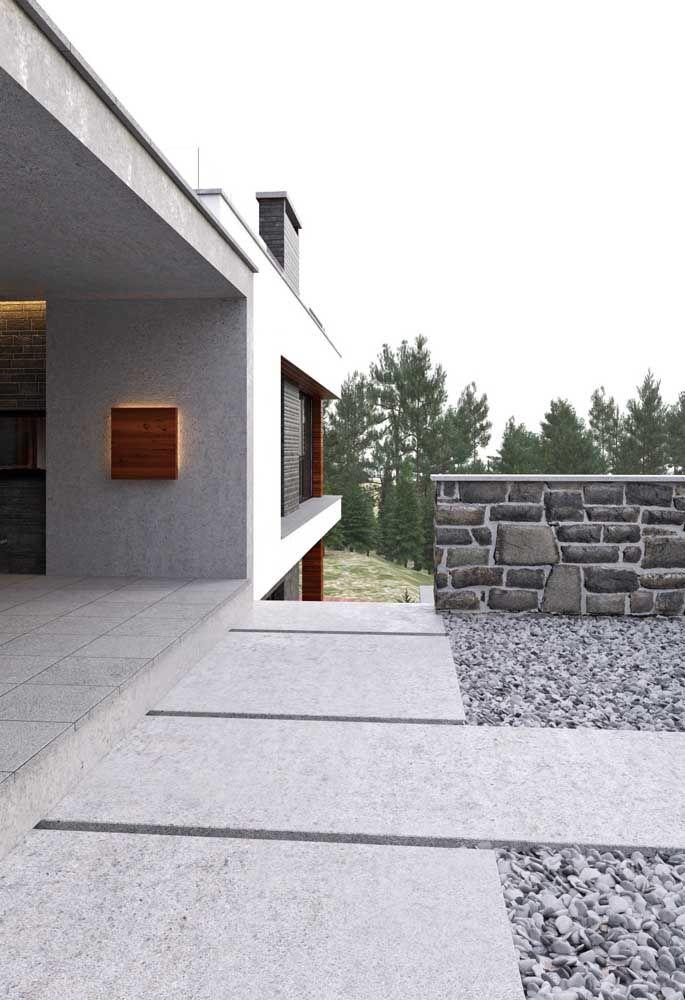 Placas de piso Fulget sobre pedras criam um caminho perfeito em torno da casa de campo