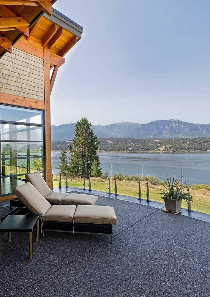 Uma linda opção para o jardim da casa, com placas de piso Fulget e cimento queimado intercalando-se