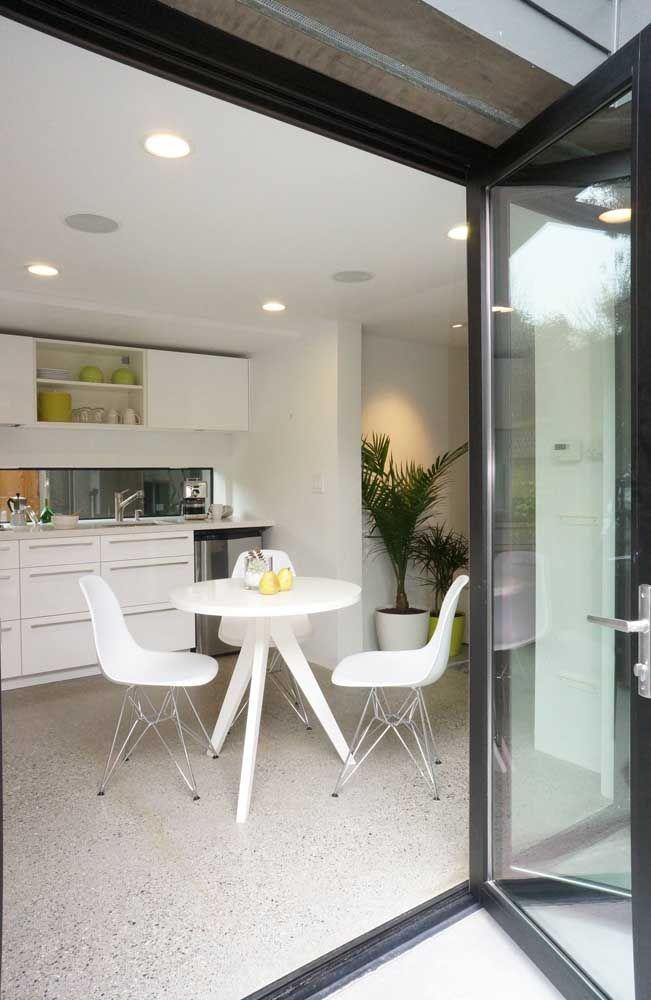 A cozinha ficou belíssima com o piso Fulget bege de aparência uniforme; para evitar o acúmulo de gordura no revestimento, basta lavar com água e detergente neutro