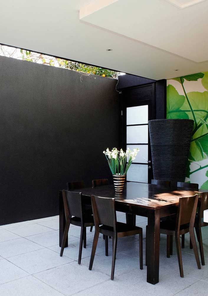 Esta sala de jantar ganhou um tom rústico incrível com a aplicação do piso Fulget cimentício em placas