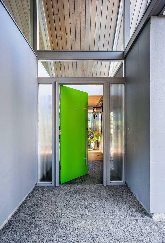 Essa entrada com o piso Fulget cimentício ficou um arraso; a porta verde limão tornou o projeto ainda mais arrojado