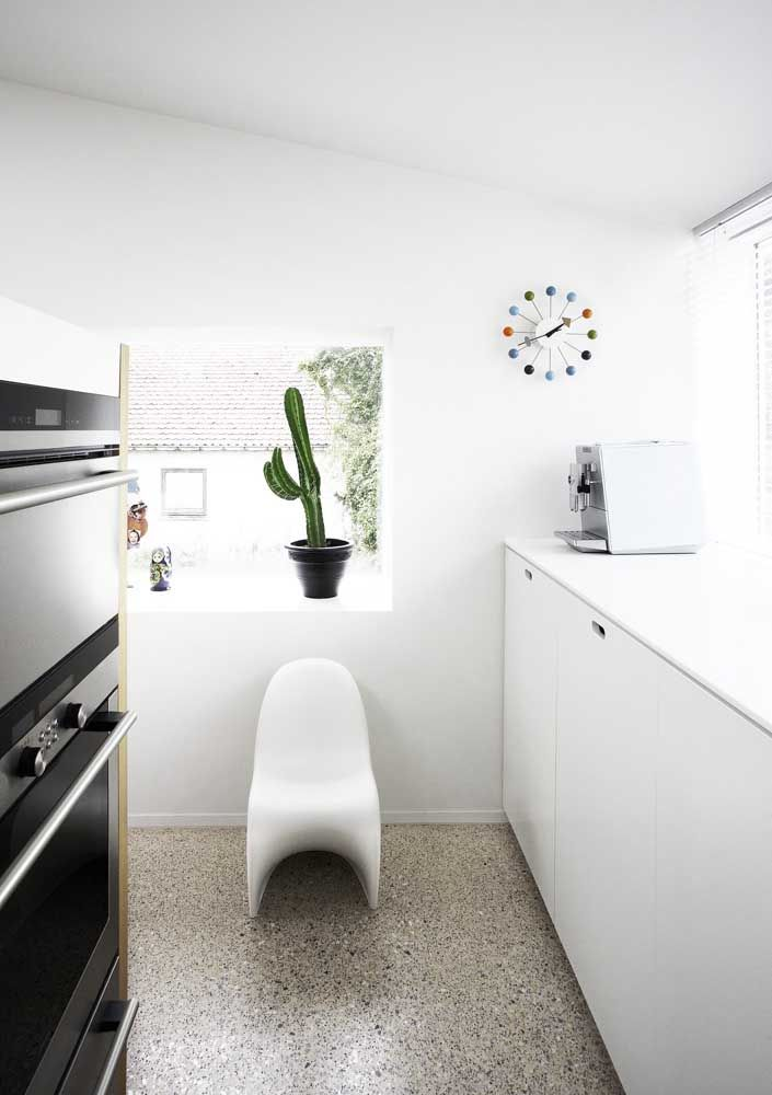 Cozinha revestida com piso Fulget resinado: opção econômica, prática de limpar e de visual incrível