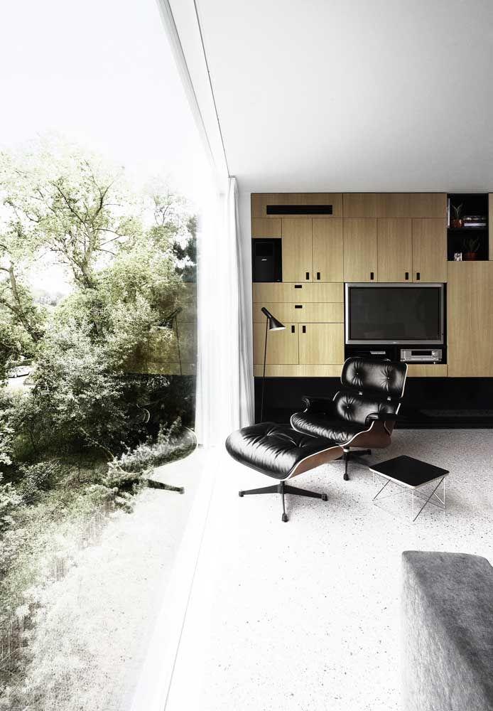 A vista da sala de estar para o jardim ficou completa com o piso Fulget