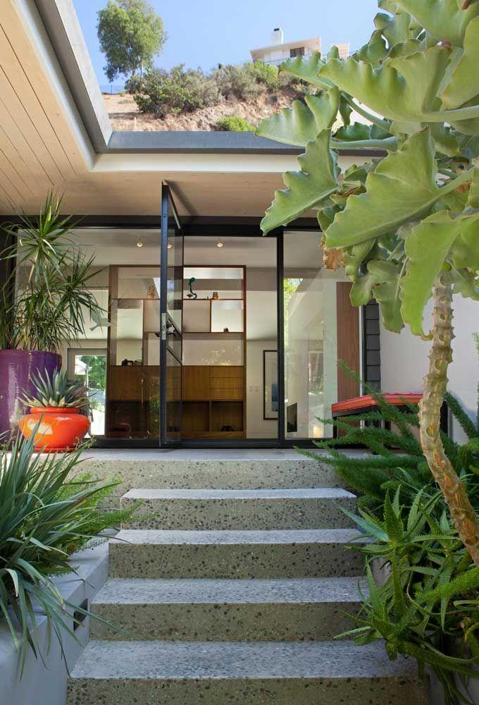 Escada e entrada da casa em piso Fulget resinado; repare no visual monolítico do revestimento