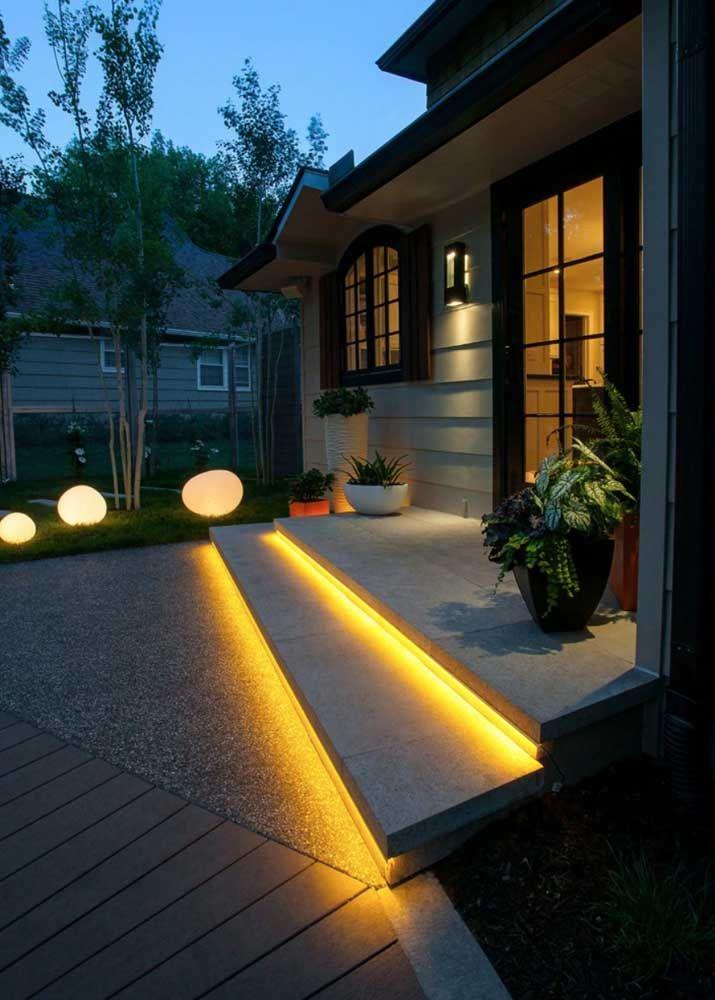 A iluminação em LED garantiu o destaque dos degraus em Fulget resinado na entrada da casa
