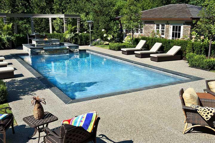 Placas cimentícias de piso Fulget dão um toque rústico e moderno a essa área da piscina