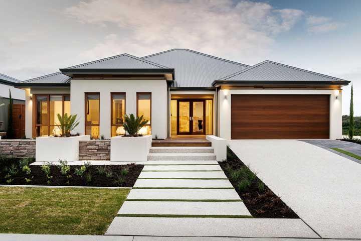 Entrada da casa e da garagem em piso Fulget branco resinado; fácil de limpar, ideal para áreas que mancha com facilidade