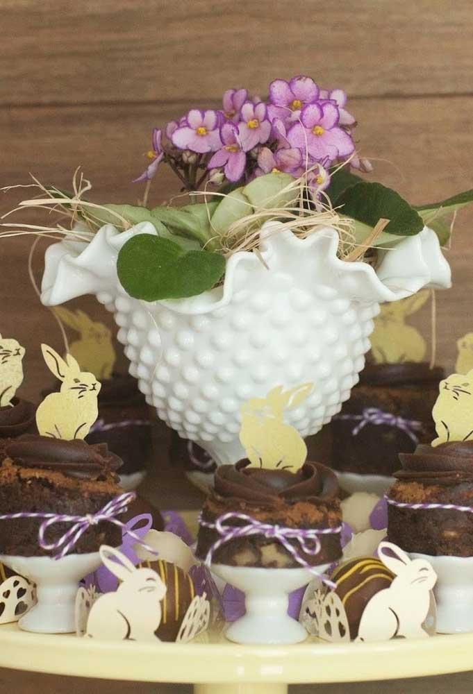 Que tal fazer um arranjo de flores bem bonito para colocar no centro da mesa das guloseimas?