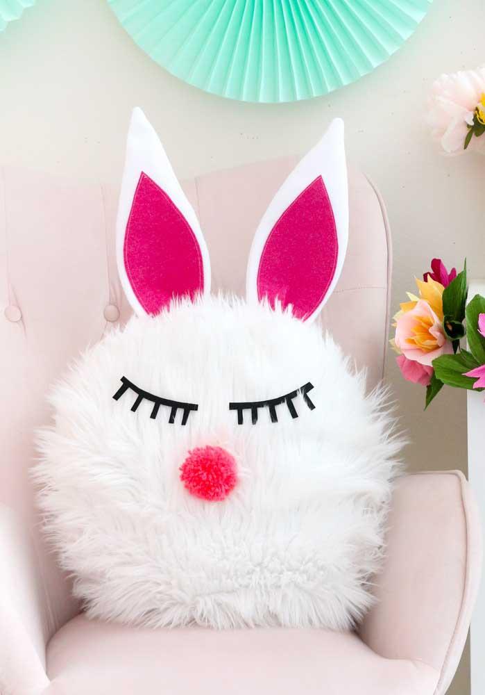Olha que almofada mais fofa com a carinha do coelhinho da páscoa. Você pode se inspirar para fazer uma decoração de festa coelhinho da páscoa.