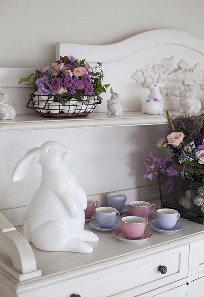 Olha que mistura fantástica: ovos com arranjos florais dentro de uma cesta de metal.