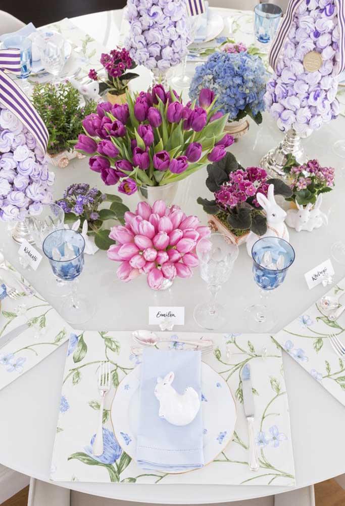 A mesa fica ainda mais bonita com vários arranjos florais. Para completar a decoração, escolha pratos, talheres e copos que combinem com toda decoração.