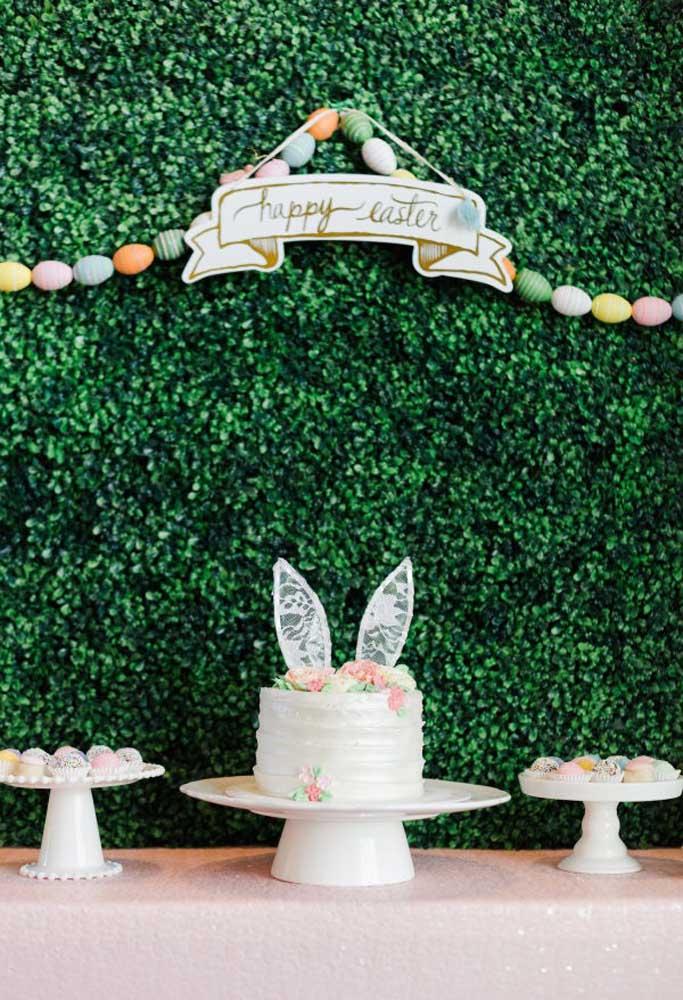 Se a intenção é fazer uma decoração de mesa de páscoa simples, coloque apenas o bolo e algumas guloseimas em cima da mesa.