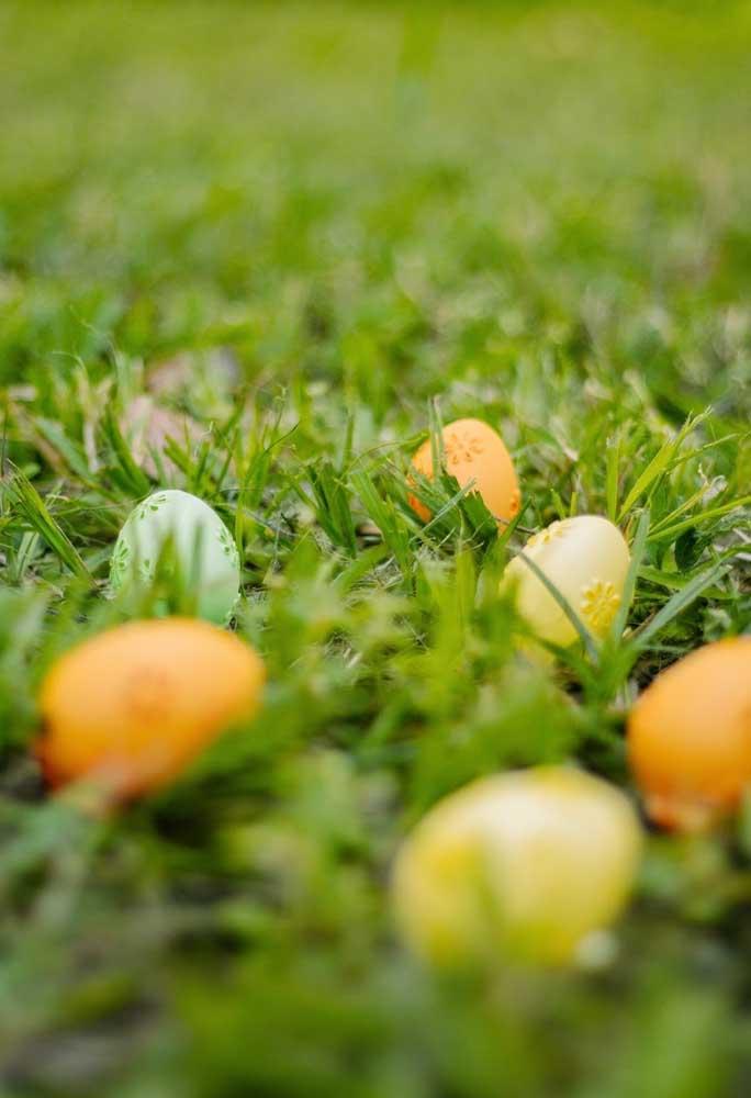 Já pensou na decoração de páscoa para jardim? Basta preparar alguns ovos coloridos e espalhar pela grama.