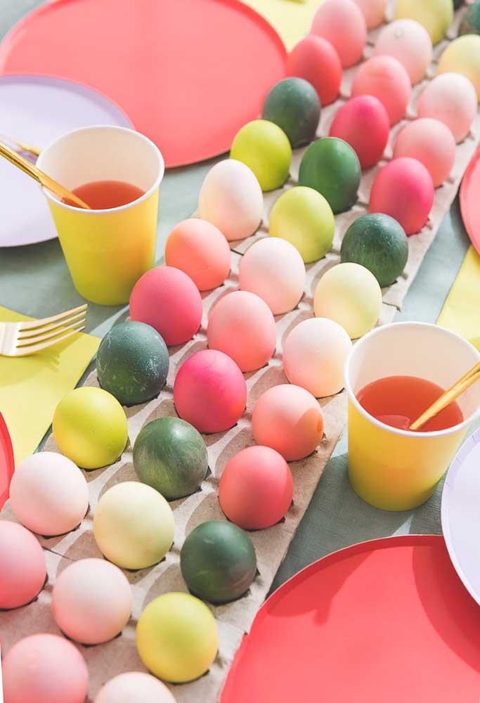 Quer fazer um almoço de páscoa mais colorido? Chame a criançada para ajudá-lo a pintar vários ovos.