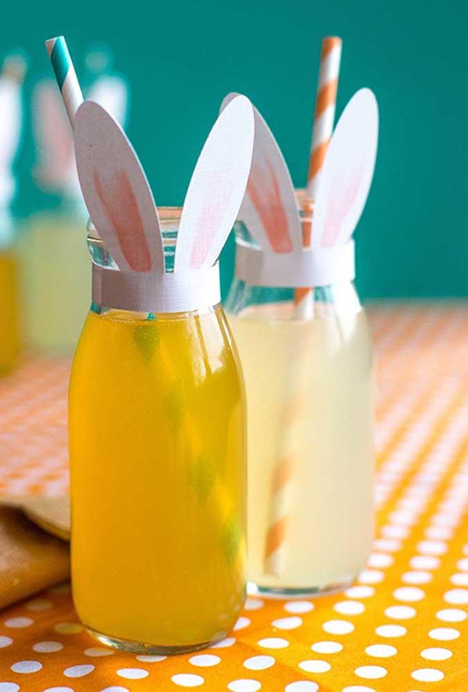 As garrafinhas de bebidas também merecem ficar personalizadas com a orelhinha do coelho.