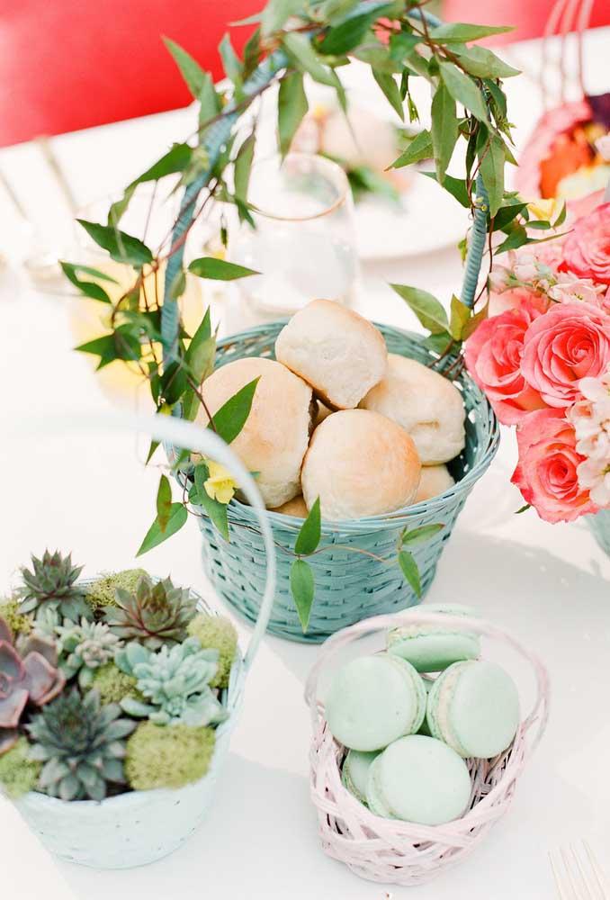 O que acha de colocar todas as guloseimas em cestas decoradas? Fica até mais fácil para servir os convidados.