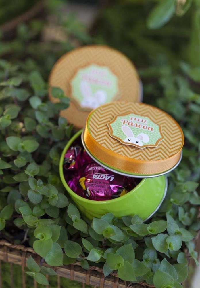 Já pensou na lembrancinha de páscoa? Decore algumas latinhas e coloque muitos bombons dentro.