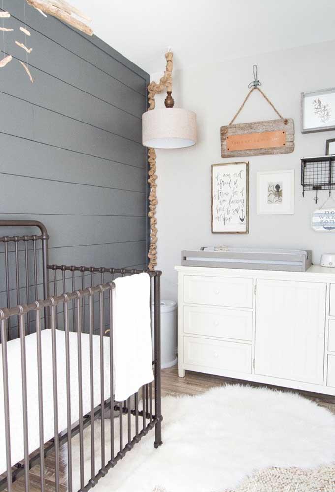 A cor cinza pode ser perfeitamente usada para destacar uma parede do quarto do bebê, mas os outros elementos da decoração devem seguir a mesma linha.