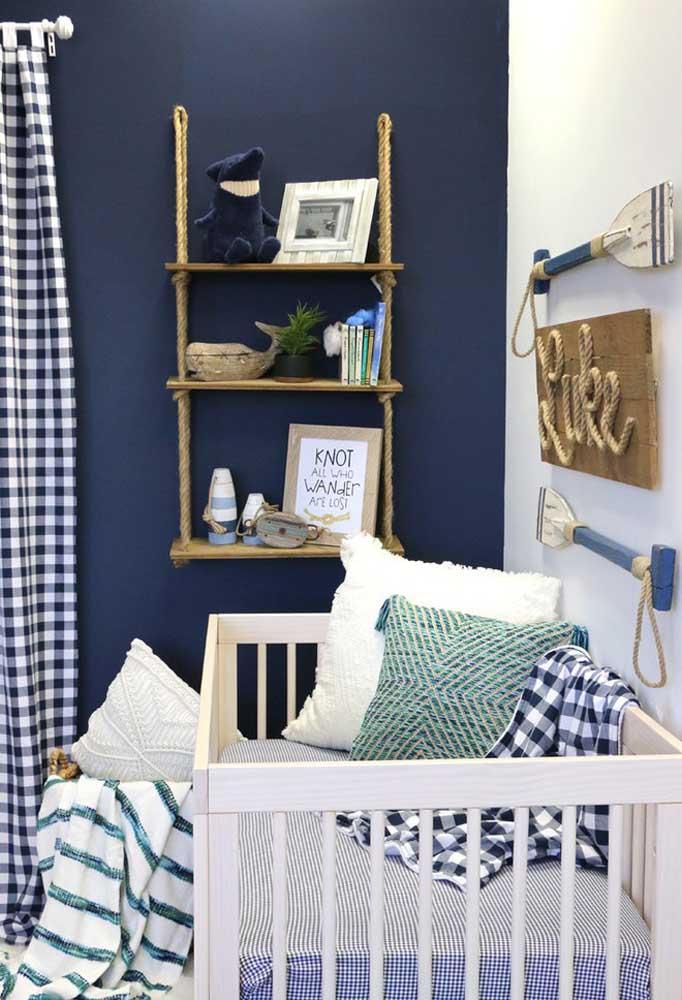 Que tal usar a cor azul escura na parede e fazer uma mescla com os demais itens de decoração?