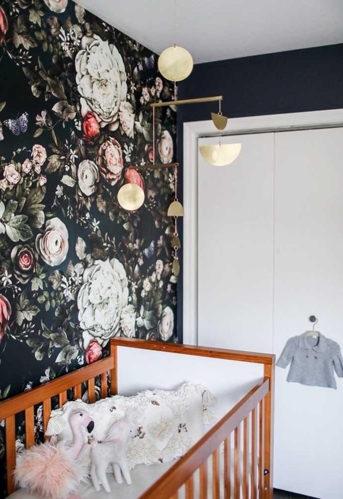 Mas é possível inovar completamente usando um papel de parede preto com estampas florais.