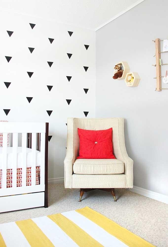 Se preferir pode usar algumas figuras geométricas na parede toda branca.